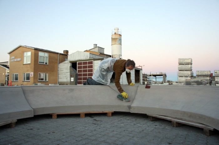 Karin Lorentzen sliber på sine skulpturer til Glorup på Århus Cementvarefabrik
