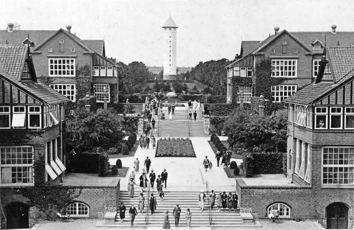 Martin Nyrops oprindelige Bispebjerg Hospital og tilhørende haveanlæg umiddelbart efter dets anlæggelse i 1913. Foto: Bispebjerg Hospital.