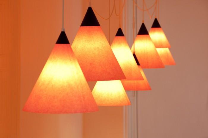 Udsnit af installation med lamper af Mikael Thejll